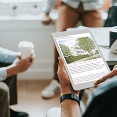 Tablet mit geöffnetem Aereco Fachbeitrag Lüftung im MFH-Neubau