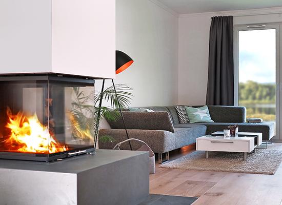 Wohnzimmer mit Kamin ausgestattet