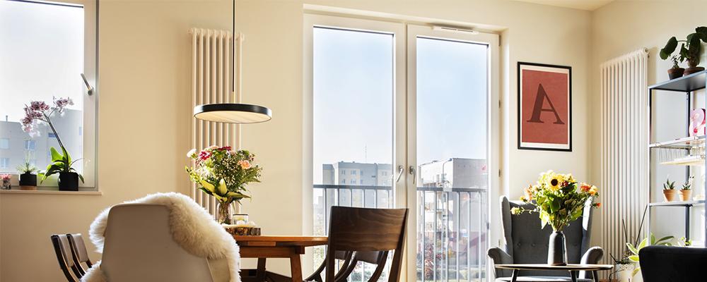 Ein Wohnzimmer mit Außenbauteil-Luftdurchlass von Aereco