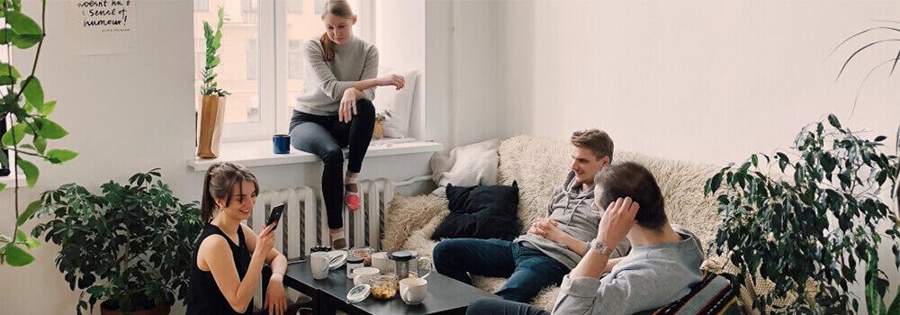 Personen in einem mit Aereco ausgestattetem Wohnzimmer